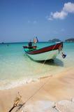 Setzen Sie mit Boot auf Insel Ko Tao, Thailand auf den Strand Stockfotos