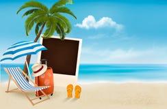 Setzen Sie mit einer Palme, einer Fotografie und einem Strandstuhl auf den Strand. Stockbild