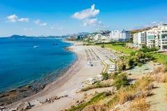 Setzen Sie mit Hotels in Faliraki, Kallithea Rhodos, Griechenland auf den Strand Lizenzfreie Stockfotografie