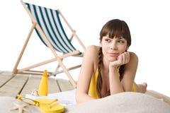 Setzen Sie mit Klappstuhl - die Frau im Bikini ein Sonnenbad nehmend auf den Strand Stockfoto