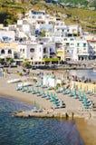 Setzen Sie mit Regenschirmen bei Sant Angelo auf Insel Ischia, Italien auf den Strand stockfotos