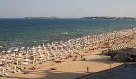 Setzen Sie mit Sonnenschirmen, Leute auf dem Schwarzen Meer auf den Strand Lizenzfreie Stockbilder