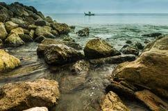 Setzen Sie mit Wasser in der Stille und in den Felsen auf den Strand Stockbilder