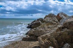 Setzen Sie mit Wasser in der Stille und in den Felsen auf den Strand Stockfoto
