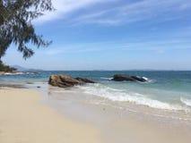 Setzen Sie mit weißen Sand- und Türkiswasser auf den Strand Lizenzfreies Stockfoto