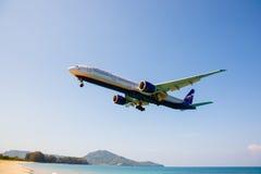 Setzen Sie nahe dem Flughafen, Flugzeuge kommen in das Land auf den Strand Stockbilder
