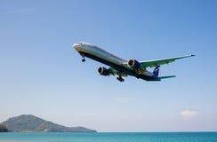 Setzen Sie nahe dem Flughafen, Flugzeuge kommen in das Land auf den Strand Lizenzfreie Stockfotografie
