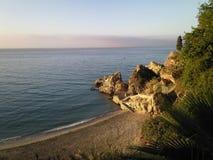 Setzen Sie in Nerja, Costa del Sol, Andalusien-Region, Màlaga-Provinz auf den Strand Stockfotografie
