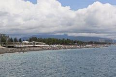 Setzen Sie Nizhneimeretinskaya-Bucht in der Erholungsortregelung von Adler, Sochi auf den Strand Stockbild