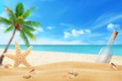 Setzen Sie Oberteile, Starfish, Mitteilung in einer Flasche auf den Strand stockfoto