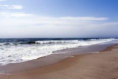 Setzen Sie Ozeanwellen auf den Strand Lizenzfreies Stockfoto