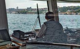 Setzen Sie Passagierboot auf dem Golf-goldenen Horn, Kanal Bosphorus über Stockfotos