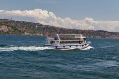 Setzen Sie Passagierboot auf dem Golf-goldenen Horn, Kanal Bosphorus über Stockfotografie