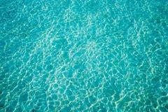 Setzen Sie perfektes weißes Sand- und Türkiswassermalediven-Atoll auf den Strand stockbild
