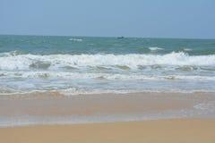 Setzen Sie pic mit blauem Himmel und schönem Sand auf den Strand Stockbild