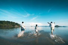 Setzen Sie Reise auf den Strand stockfoto