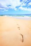 Setzen Sie Reisenferienkonzept - Schritte im Sand auf den Strand Lizenzfreies Stockfoto