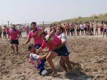 Setzen Sie Rugby Rosolina 2016 auf den Strand - setzen Sie Kerlteam auf den Strand Stockbild