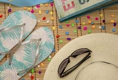Setzen Sie Sachehut, Gläser, Schiefer, Tasche auf den Strand Stockfotos