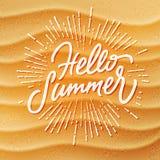 Setzen Sie Sandbeschaffenheitshintergrund und handgemachten Beschriftung hallo Sommer auf den Strand Lizenzfreie Stockfotos