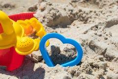 Setzen Sie Sandwüstespielwaren für das Modellieren des Sandsommer-Sonnenrestes auf den Strand lizenzfreie stockfotografie