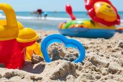 Setzen Sie Sandwüstespielwaren für das Modellieren des Sandsommer-Sonnenrestes auf den Strand lizenzfreie stockbilder