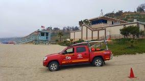 Setzen Sie in Santa Monica mit LifeguardÂs Auto in der Front auf den Strand stockfotos