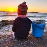 Setzen Sie Schätzchen auf den Strand stockfoto