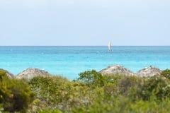 Setzen Sie Schattenhütten durch den Ozean in Cayo Santa Maria, Kuba auf den Strand Lizenzfreie Stockfotografie