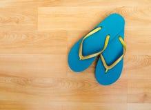 Setzen Sie Schuhe, Flipflops - Türkis und Funkeln, Feiertag backgro auf den Strand Lizenzfreies Stockbild