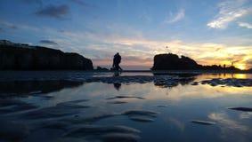 Setzen Sie skyset Sonnenuntergang auf einem perranporth Strand Cornwall auf den Strand Stockfotografie