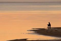 Setzen Sie Sonnenuntergang auf den Strand Lizenzfreie Stockfotografie