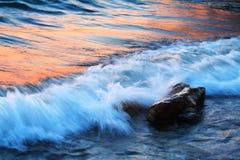 Setzen Sie am Sonnenuntergang auf den Strand Stockbild