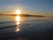 Setzen Sie Sonnenuntergang@ Insel von Arran, Schottland auf den Strand Lizenzfreies Stockfoto