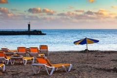 Setzen Sie am Sonnenuntergang, Puerto Rico, Gran Canaria auf den Strand Stockbilder