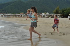 Setzen Sie Spaß auf den Strand Stockbild