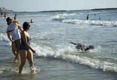 Setzen Sie Spielspaßzeit in Tel Aviv, Strand auf den Strand Stockfoto