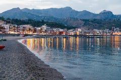 Setzen Sie in Stadt Giardini Naxos am Sommerabend auf den Strand Stockbilder