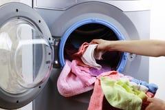 Setzen Sie Stoff in Waschmaschine ein Stockbilder
