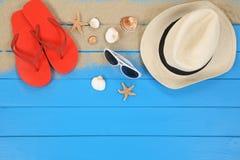 Setzen Sie Szene im Sommer im Urlaub mit Oberteilen, copyspace auf den Strand lizenzfreies stockbild