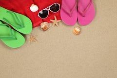 Setzen Sie Szene im Sommer im Urlaub mit Sand, Sonnenbrille, Tuch a auf den Strand lizenzfreies stockbild