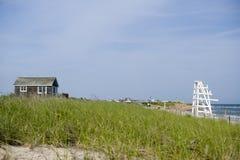 Setzen Sie Szene mit Gras Abzugsgraben-Ebenen Montauk New York auf den Strand Stockbilder
