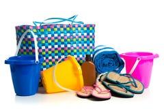 Setzen Sie Tasche mit Eimern, Tuch, Flipflops und Sonnenschutzmittel auf den Strand lizenzfreie stockfotos
