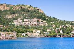 Setzen Sie in Theoule-sur Mer, französisches Riviera auf den Strand lizenzfreie stockbilder