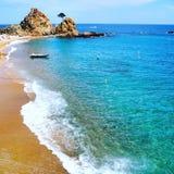 Setzen Sie in Tossa de Mar an einem schönen Sommertag, Costa Brava, Katalonien, Spanien auf den Strand Lizenzfreies Stockfoto