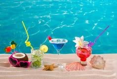 Setzen Sie tropische Cocktails auf weißem Sand mojito Blau Hawaii auf den Strand Stockfotografie