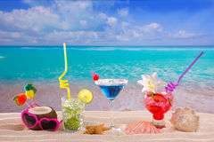 Setzen Sie tropische Cocktails auf weißem Sand mojito Blau Hawaii auf den Strand Stockfotos
