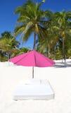 Setzen Sie tropische Regenschirmmatratze-Palmen auf den Strand Lizenzfreies Stockfoto