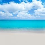 Setzen Sie tropisches mit weißem Sand und Türkis wate auf den Strand Lizenzfreies Stockfoto