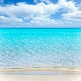 Setzen Sie tropisches mit weißem Sand und Türkis wate auf den Strand stockbilder